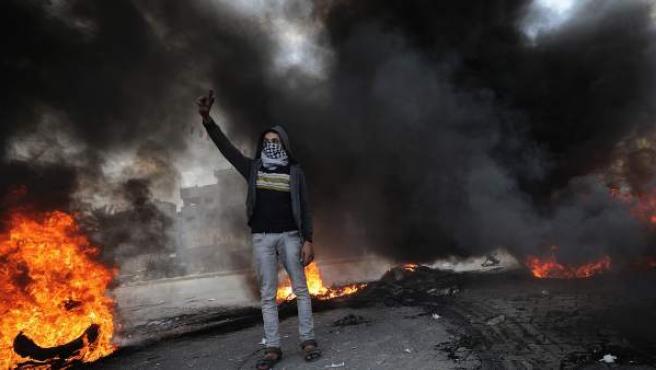 Grupos de jóvenes en Cisjordania y Gaza se han dirigido a los puestos de control militares israelíes, donde han lanzado piedras y cócteles molotov contra los soldados, que han respondido con disparos y el uso de material antidisturbios.