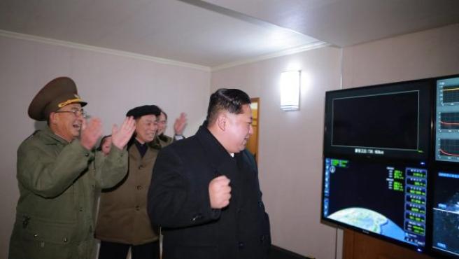 El líder norcoreano Kim Jong-un celebra el lanzamiento del misil balístico intercontinental Hwasong-15, el pasado 28 de noviembre.