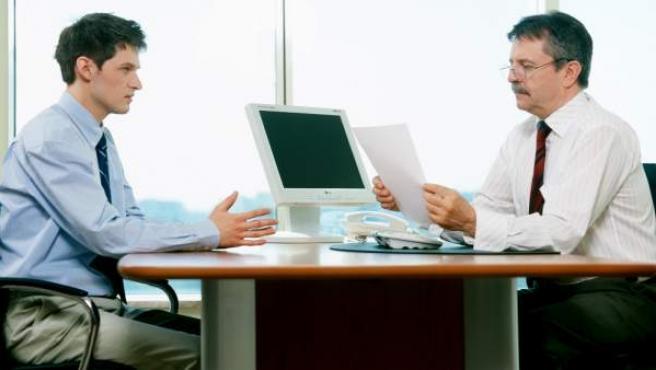 Un joven en una entrevista de trabajo.