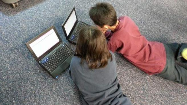 Dos niños navegan por internet, en una imagen de archivo.
