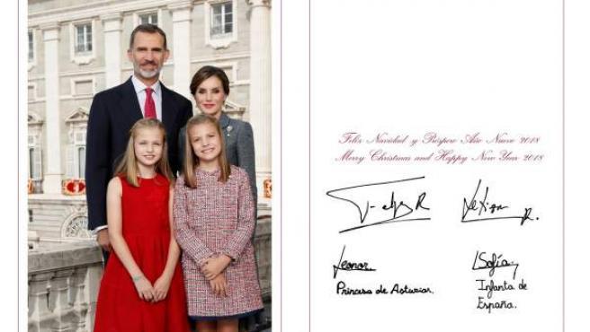Fotografía realizada el día 12 de octubre de 2017 en el Palacio Real de Madrid, en la que los reyes, Don Felipe y Doña Letizia, posan junto a sus hijas, Leonor y Sofía.