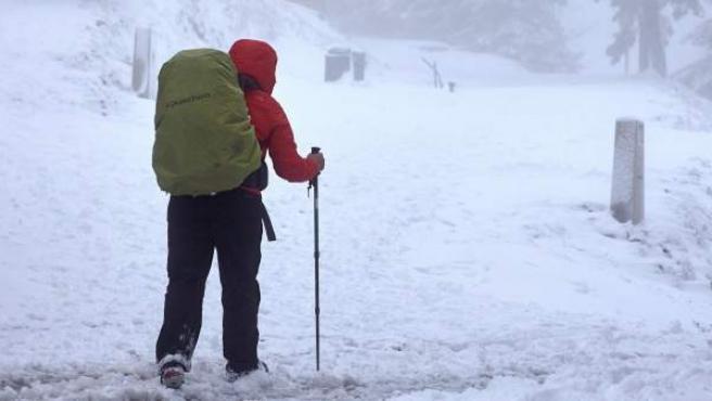 Un hombre pasea entre la nieve en O Cebreiro, en Lugo.