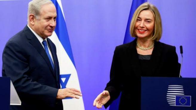El primer ministro israelí, Benjamin Netanyahu, con la jefa de la diplomacia de la UE, Federica Mogherini.