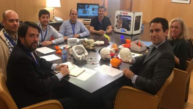 Los diputados del Grupo Parlamentario Popular posan con objetos impresos en 3D