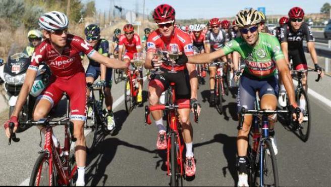 Chris Froome (c), ganador de la Vuelta a España 2017, brinda con el segundo en la clasificación general, Vicenzo Nibali (d) y el tercero, Ilnur Zakarin (izda), en la última etapa.