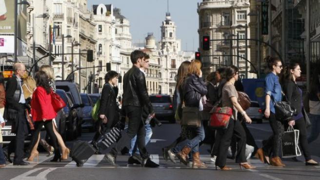 Gente andando por la calle, en Madrid.