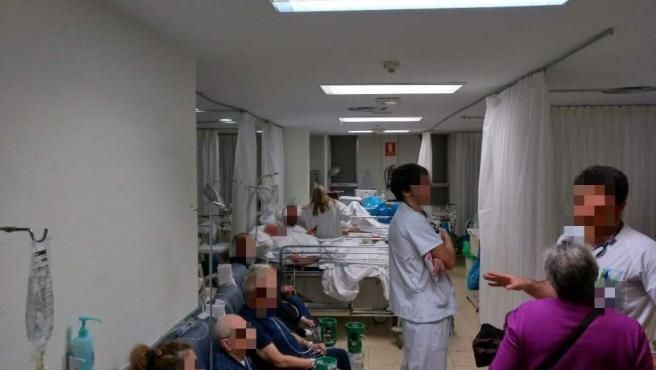 Los pacientes son atendidos en sillones y butacas debido a la alta ocupación.