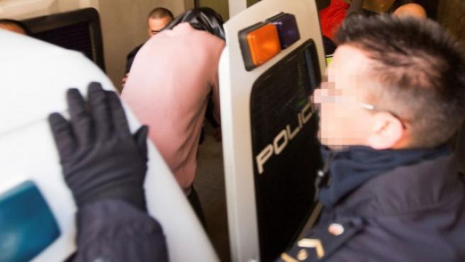 Entrada de los acusados, tres jugadores de la Arandina Club de Fútbol, a la vivienda registrada tras ser acusados de agresión sexual.
