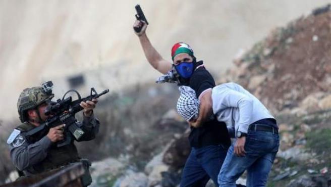 Un policía de incógnito arresta a un manifestante palestino en la ciudad cisjordana de Ramala (Palestina), durante una protesta en contra de la decisión del presidente de Estados Unidos de reconocer Jerusalén como capital de Israel.
