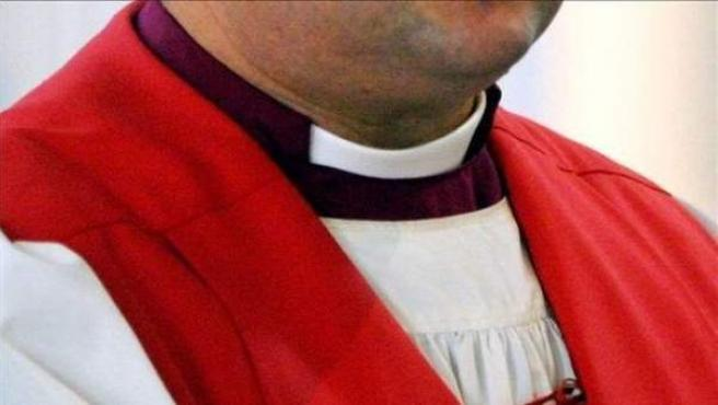 Detalle del alzacuellos de un sacerdote.