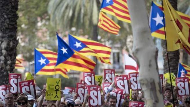 Centenares de personas, convocadas por ANC y Òmnium, se concentran ante el Tribunal Superior de Justicia de Cataluña (TSJC).