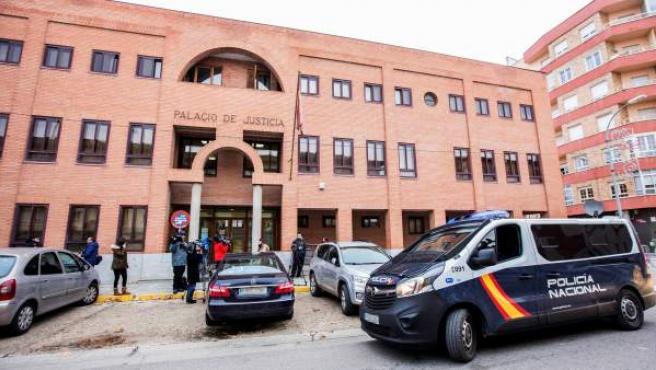 Un furgón de la Policía Nacional y varios periodistas a las puertas de los juzgados de Aranda de Duero