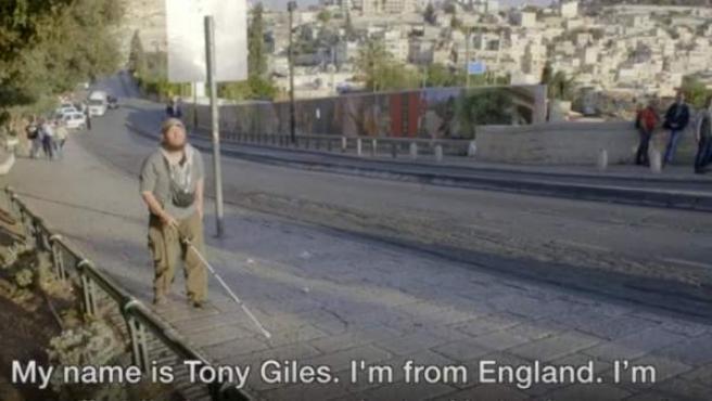 Tony Gilles lleva años desafiando su ceguera y sordera a golpe de viajes.