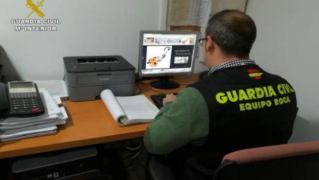 Agente de la Benemérita ante un ordenador