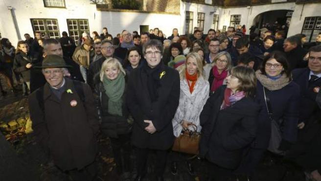 El expresidente huido del Govern de la la Generalitat catalana, Carles Puigdemont, con algunos seguidores en Brujas.