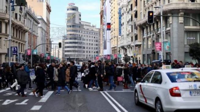 Multitud de personas abarrota la Gran Vía madrileña por Navidad.