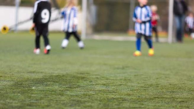 Una imagen de un partido de fútbol de niños.