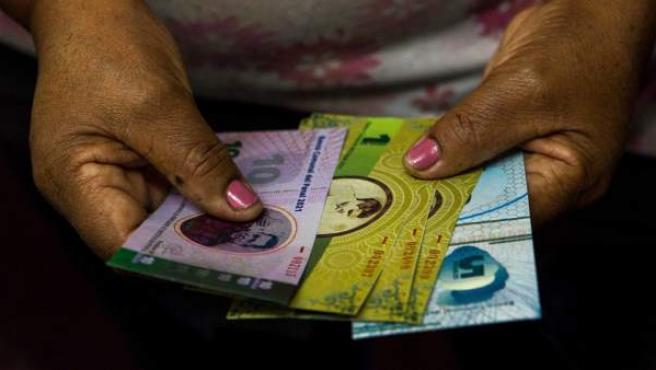 """La comunidad del oeste de Caracas ubicada en la parroquia llamada 23 de Enero ha emitido su propio billete llamado """"Panal"""", que equivale a 5.000 bolívares, -poco más de un dólar al cambio oficial- y que en su período de prueba ya ha servido para comercializar arroz cosechado por los creadores del papel."""