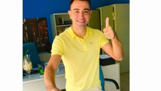 El centrocampista español Xavi Hernández, votando en Doha de cara a las autonómica catalanas del 21-D.