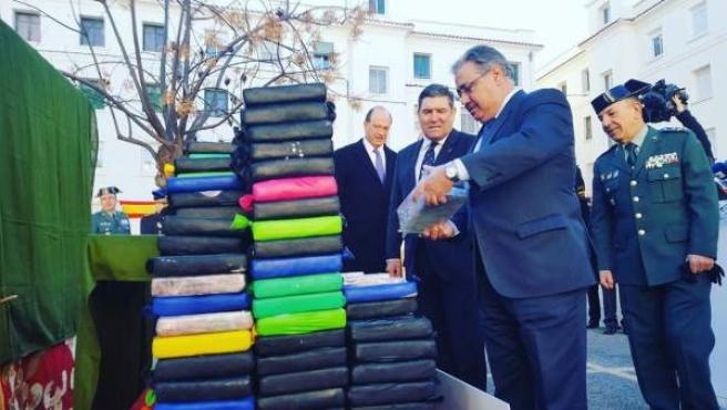 Imagen del ministro del Interior, Juan Ignacio Zoido, supervisa la incautación de cientos de kilos de cocaína en una operación contra el narcotráfico en el puerto de Valencia.