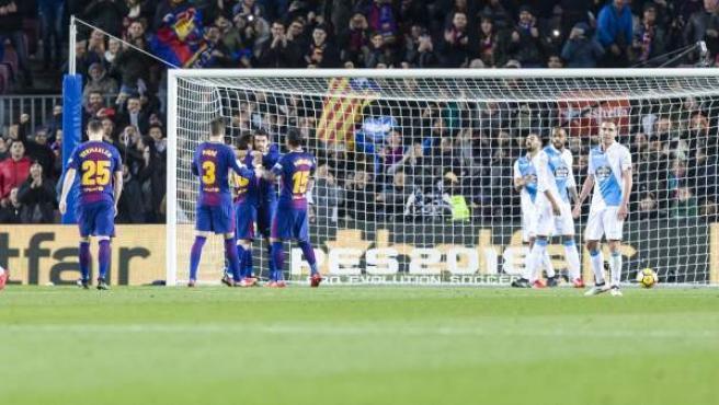 Los jugadores del FC Barcelona celebran uno de sus goles ante el Deportivo.