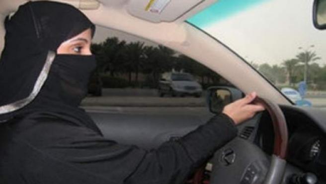 Una mujer saudí conduciendo un coche.