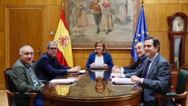 Los agentes sociales reunidos con la exministra de Empleo, Fátima Báñez.