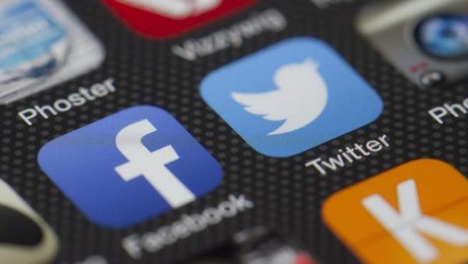 Aplicaciones de Facebook y Twitter en un teléfono móvil.