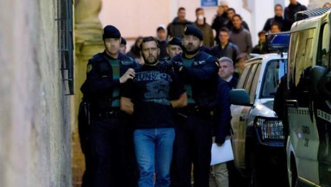 Agentes de la Guardia Civil trasladan al serbio Norbert Feher, acusado del asesinato de dos guardias civiles y un ganadero en Teruel, a su salida de los juzgados de Alcañiz (Teruel) tras prestar declaracion ante la jueza.