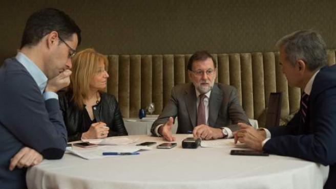 De izquierda a derecha: Jesús Morales, corresponsal en Madrid de Heraldo de Aragón; Encarna Samitier, directora de 20minutos; Mariano Rajoy, presidente del Gobierno y del PP; y Carmelo Encinas, director de opinión de 20minutos.