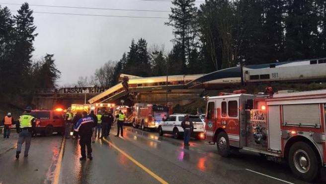 Un tren Amtrack 501 tras descarrilar y caer sobre la autopista interestatal 5 cerca de Olympia, en el estado de Washington (EE UU).