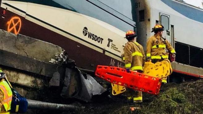 El tren Amtrack 501 tras descarrilar y caer sobre la autopista interestatal 5 cerca de Olympia, en el estado de Washington.