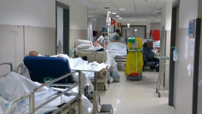 Pacientes atendidos en los pasillos como consecuencia de la saturación de las Urgencias.