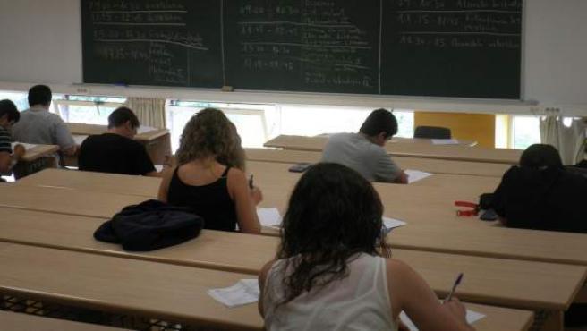 Alumnos durante un examen en la universidad.