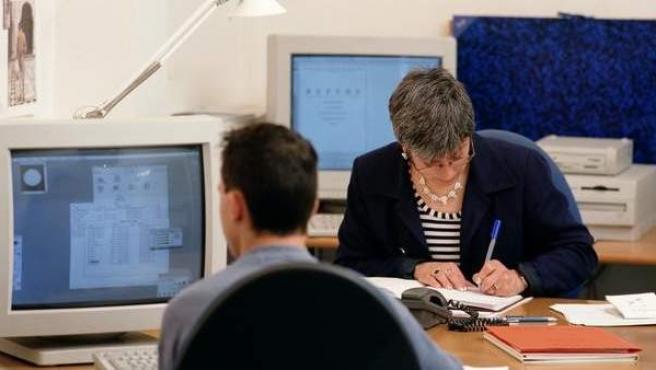Un grupo de empleados trabajando con un ordenador.