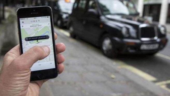 Un usuario maneja la aplicación de Uber.