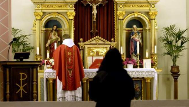 Un sacerdote celebrando la eucaristía en una iglesia.
