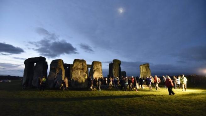 Centenares de personas se congregan en el conjunto megalítico de Stonehenge, situado en el suroeste de Inglaterra, para celebrar el solsticio de invierno.