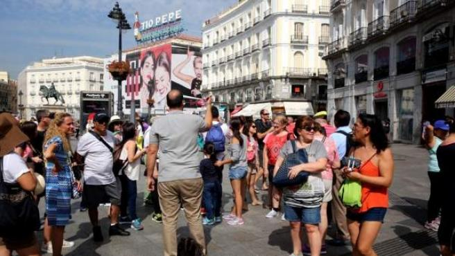 Turistas visitando el centro de la capital.