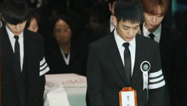 La procesión fúnebre de Kim Jong-hyun, el cantante principal del grupo SHINee, deja el Asan Medical Center.