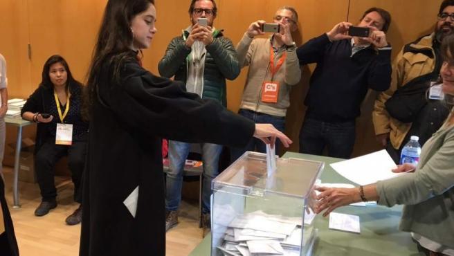 Vota Laura Sancho, la catalana en la que Carles Puigdemont ha delegado su voto para el 21-D.