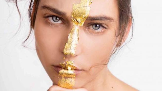 El oro se introduce cada vez más en el sector de la cosmética en forma de tratamientos para rostro y cuerpo.