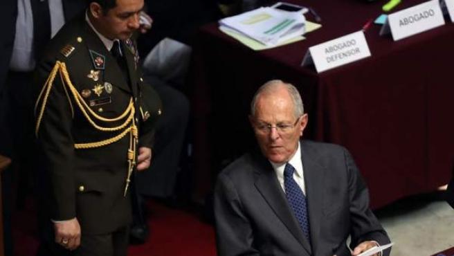 El presidente peruano, Pedro Pablo Kuczynski, al terminar su audiencia ante el pleno del Congreso de Perú, durante el debate de la moción de censura presentada en su contra.