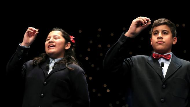 Los niños de San Ildefonso Yossueff Salhi (d) y Noelia Katiuska (i) han cantado el número 71198 que ha sido agraciado con el Gordo de Navidad
