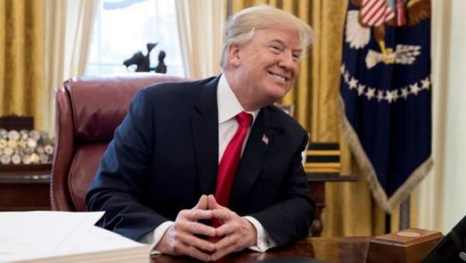 Donald Trump se dirige a los medios tras firmar la ambiciosa reforma fiscal.