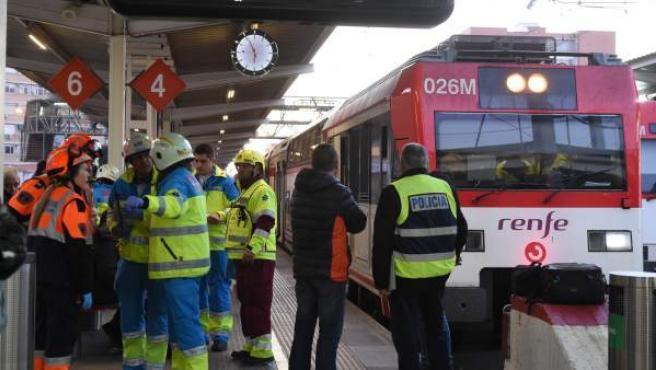 Efectivos del Servicio de Urgencia Médica de Madrid (Summa) trabajan en la estación de Alcalá de Henares tras chocar un tren de Cercanías con la topera de una vía en la estación.