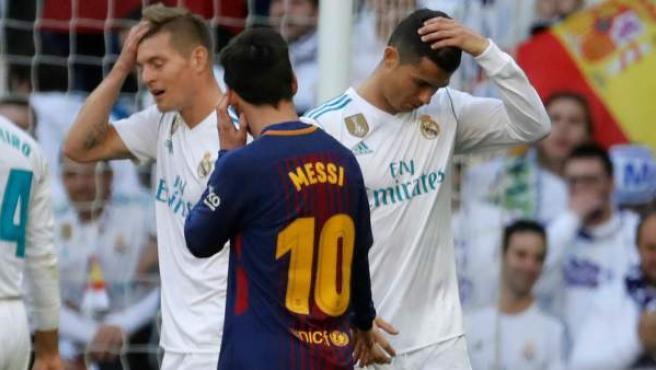 Cristiano Ronaldo y Toni Kroos se lamentan delante de Leo Messi.