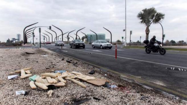 Lugar de la colisión entre un turismo robado y una furgoneta de reparto del pan en la avenida Miguel Induráin de Murcia.