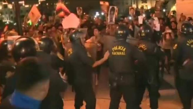 Manifestantes en Perú tras conocerse la decisión del indulto a Fujimori.