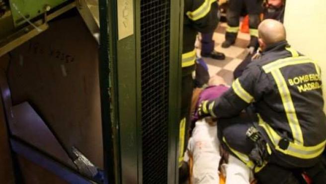 Los Bomberos rescatan a una familia de un ascensor que cayó cuatro plantas.